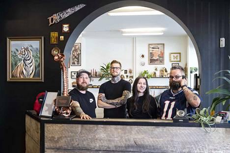 Komea holvikaari teki vaikutuksen Backbone Tattoon yrittäjiin, kun he etsivät liiketilaa. Samaisissa tiloissa Antinkadun varrella on aiemmin toiminut Helsingin Pantti. Kuvassa vasemmalta oikealle Joonas Rosenqvist, Jonathan Rajakoski, Annika Koivukorpi ja Iiro Puusa.