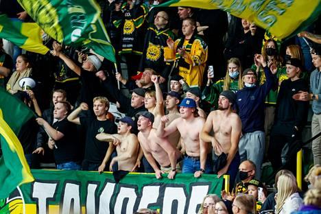 Ilves-kannattajat riehaantuivat riisumaan paitansa keltavihreiden maaleista. Ottelun jälkeen kannatuslaulut pauhasivat pitkään Hakametsässä.