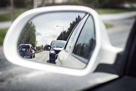 Aivan puskurissa roikkuvat autot ärsyttävät liikenteessä.