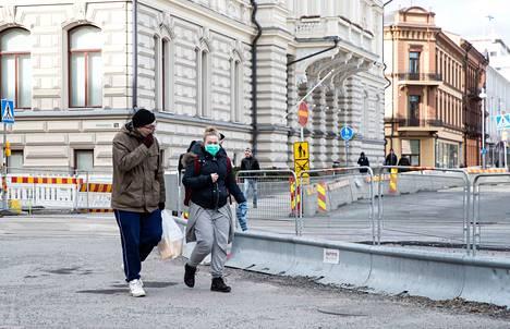 Milla Niskanen ja Jesse Ruhalahti kävelivät maaliskuussa Tampereella kasvot hengityssuojaimilla suojattuina. Niskanen ja pariskunnan lapsi kuuluvat riskiryhmään.