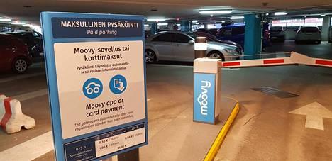 Jo P-Tampere-talon sisääntulossa muistutetaan uudesta käytännöstä pysäköinnin maksamisessa.