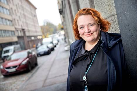 Yrittäjä Rosita Nummikoski (kuvassa) ja yhtiökumppani Anne-Maria Hirviniemi sekä heidän viisi työntekijäänsä välittävät koteja erityisesti Tampereen, Akaan ja Valkeakosken alueilla. – Parasta työssä on se, kun asiakas on ehkä pitkään hakenut unelmien kotia ja itsellä on myytävänä juuri sellainen.