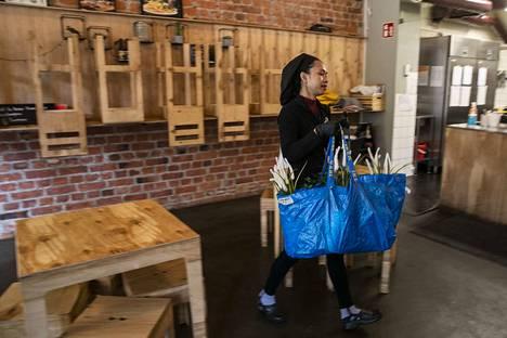 Kun ruokailu siirtyi kotiin, kotikokin piti itse keksiä, mitä tänään syötäisiin. Sen sijaan Thai Street Foodin työntekijä Khwanjit Lindgren siivosi suljettua ravintolaa.