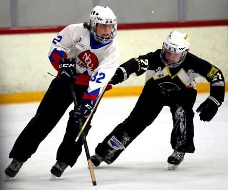 NoU:n Emmi Merelän ja Lapinlahden Niina Piiroisen kamppailu SM-kullasta päättyi finaalisarjan avausottelussa Lapinlahden mustapaitojen voitoksi.