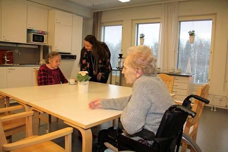 Mehiläisen puolen johtaja Tanja Kataja jututti eilen Oli Pekalaa ryhmäkoti Kokossa Wäinämöisen 5. kerroksessa. Pöytäkaverina oli asukas Anita Salmela.