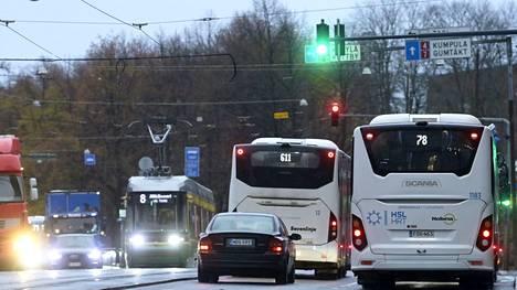 Yksityisautojen määrä on kasvanut liikenteessä kymmenillätuhansilla pandemiaa edeltäneestä ajasta samalla kun joukkoliikennemäärissä ollaan vielä huomattavasti takamatkalla.