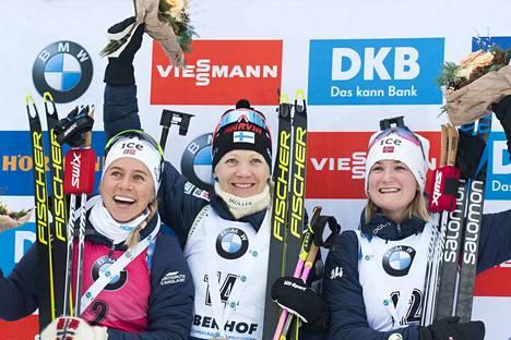 Tiril Eckhoff (vas.) oli pyhänä Oberhofissa kakkonen. Kaisa Mäkäräinen voitti yhteislähdön ja Marte Olsbu Röiseland oli kolmas.