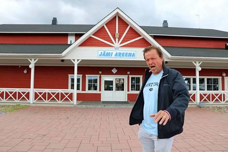 Komeasti kajahtaa! Huipputenori Jyrki Anttila pistää lauluksi Jämi Areenan edustalla.