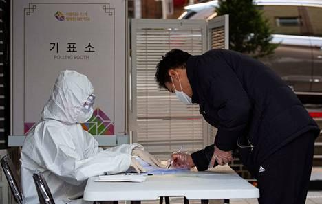 Soulissa asuva mies (oik.) sai äänestää keskiviikon vaaleissa huolimatta siitä, että oli ollut covid-19-taudin oireiden vuoksi karanteenissa.