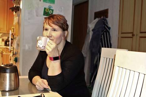 Hanna Seppänen työskentelee itsekin hoitoalalla ja osaa katsella vaarinsa tilannetta sekä omaisen että hoitavan tahon vinkkelistä.