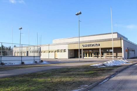 Parkkivuoren urheilutalo Vilppulassa alkaa olla teknisesti käyttöikänsä päässä. Mänttä-Vilppulan kaupungilla on edessään linjaus: korjataanko nykyinen vai rakennetaan uusi halli.