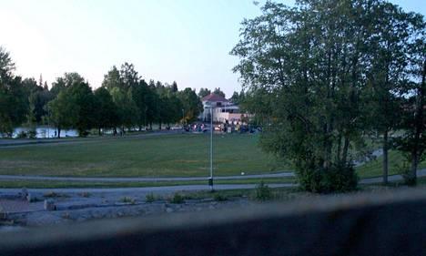 Sastamalan suosituilla nuorten kokoontumispaikoilla oli viikonloppuna tavallista rauhallisempaa. Nuorisoa oli selvästi vähemmän liikkeellä. Kuva on viime keväältä Kaalisaaresta.
