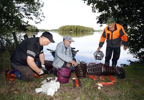 Teuvo Rosenberg, Jaakko Hovi ja Antero Hautamäki kävivät laskemassa rapumertoja Venesjärven rannan läheisyyteen. Merrat nostettiin seuraavana päivänä ja yllätys oli melkoinen, sillä rapuja ei liiemmin merroista löytynyt.