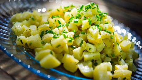 Perunasalaatti uusista perunoista on yksi juhannuksen herkuista.