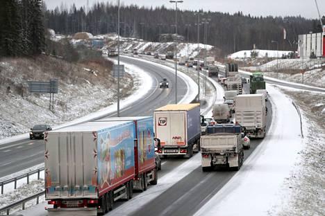 Jos suunniteltu oikaisu toteutuu, Helsingin moottoritieltä pääsisi suoraan läntiselle kehätielle Pirkkalaan kiertämättä Lakalaivan ja Sarankulman kautta.