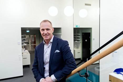 Sydänsairaalan toimitusjohtaja Pasi Lehto kertoo, että sote-esityksen ehdot saattavat pakottaa käyttämään viiden virkalääkärin työajan pelkästään Sydänsairaalan lähetteiden käsittelyyn.