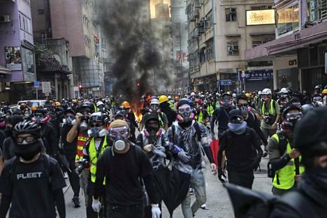 Kiinan hallitusta vastaan mieltään osoittavat ihmiset valtasivat katuja Hongkongissa Kiinan 70-vuotisjuhlapäivänä tiistaina.