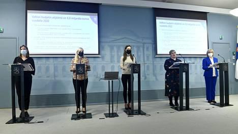 Kirjoittajan mielestä hallituksen ministerien kokemattomuus näkyy sen toiminnassa. Kuvassa opetusministeri Li Andersson (vasemmalla), sisäministeri Maria Ohisalot, pääministeri Sanna Marin, valtiovarainministeri Annika Saarikko ja oikeusministeri Anna-Maja Henriksson.