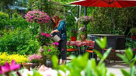 Hanna Keljon puutarha on vehreä ja Keljon itsensä mukaan helppohoitoinen.
