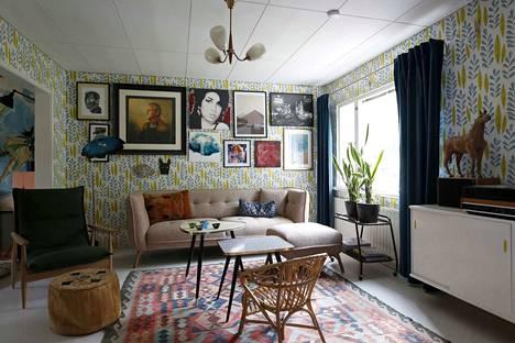 Olohuoneen sohva ja nojatuoli ovat uustuotantoa, vaikka muotokieli on 50-luvusta tuttu. Sohvapöydät ovat 50-luvulta ja aitoa vintagea.