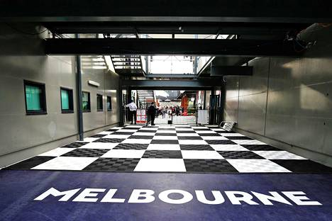F1-kauden avauskilpailulle näytettiin ruutulippua jo ennen ensimmäistäkään ajettua metriä.