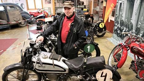 Pyynikinajoissa 1930-luvulla nähty Norton on yksi Simo Niemisen aarteista. Vastaavia tehdasvarusteltuja kilpapyöriä tuotiin maahan vain kolme kappaletta.