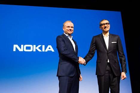 Nokia kertoi maanantaina valinneena uudeksi toimitusjohtajakseen Pekka Lundmarkin (toinen oik.). Hän korvaa Rajeev Surin (vas.), joka väistyy tehtävästä syksyllä.