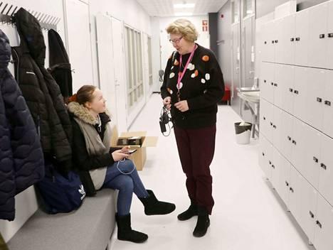 Lukion ekaluokkalainen Anniina Koivuniemi (vas.) ja rehtori Helena Korkeakoski totuttelevat vasta uusiin tiloihin. Uusi koulutalo toi myös omat käytäväkaapit opiskelijoille, vanhassa niitä ei ollut.