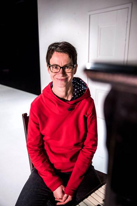 Myös Milja Sarkolan tausta on teatterissa. Hän on valmistunut ohjaajaksi Teatterikorkeakoulusta ja on ennen esikoisromaaniaan kirjoittanut näytelmiä.