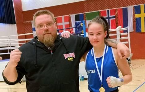 Nyrkkeilijä Jenni Rask ja hänen valmentajansa Jani Sorola iloitsivat Raskin turnausvoitosta.
