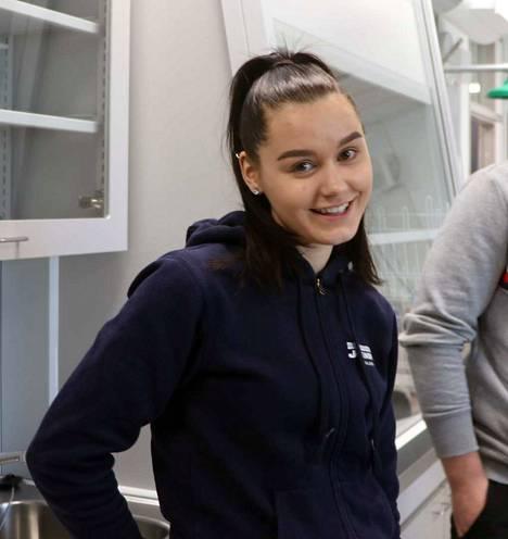 Saana Sarkonen joutui sanomalehtiviikolla Aamulehden haastattelijaksi. Hän ihmetteli, että Ikaalisten uudessa lukiossa seinistä kuuluu läpi, eivätkä kaikki seinäpinnat heijasta videokuvaa, kuten pitäisi.