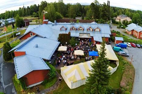 Pappilan Tavernan terassilla ja katosten alla kävi kolmisen sataa juhlijaa.
