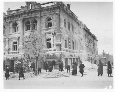 Tampere-seuran kuva-arkistossa on tämä harvemmin nähty kuva jäätyneestä Ruuskasen talosta. Tunnetummassa Bertel Strömmerin kuvassa on kauppaneuvos flyygelin vieressä.