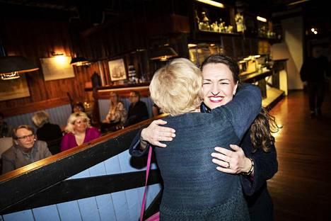Tampereen entinen pormestari, valtiosihteeri Anna-Kaisa Ikonen oli illan kirkkain tähti kokoomuksen vaalivalvojaisissa. Hän sai saapuessaan tiukan halauksen Anneli Tainalta.