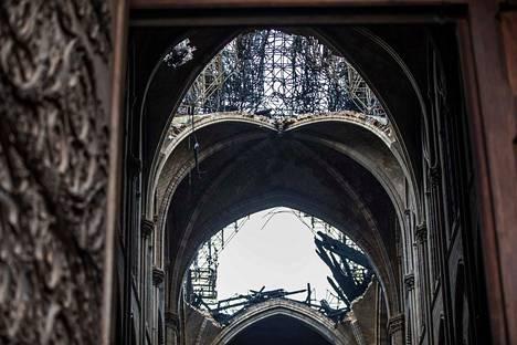 Katedraalin puinen katto romahti palon seurauksena.