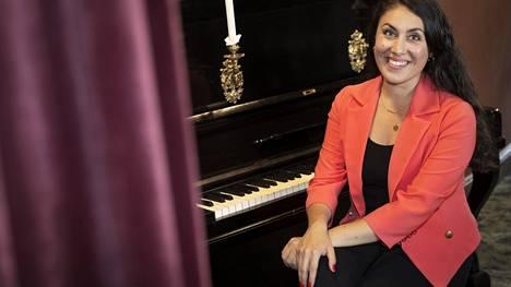 Maria Palmu on harjoitellut roolit viiteen Porin teatterin näytelmään. Hän on myös laulaja, joka on esittänyt yhtyeensä kanssa paljon 1960-luvun musiikkia.