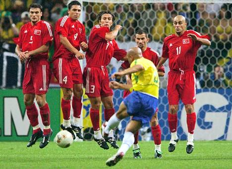 Roberto Carlos voitti MM-kultaa Brasilian paidassa vuonna 2002. Hänet valittiin turnauksen tähdistöön.