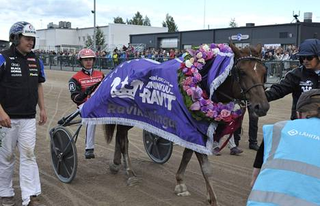 Kuninkuuskilpailun voiton vei Tapio Perttusen ohjastama Evartti.