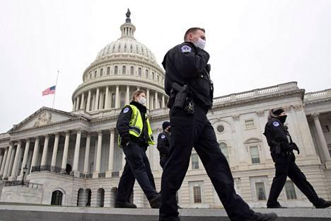 Capitol-kukkulan poliiseja käveli kongressirakennuksen itäisellä sisäänkäynnillä perjantaina. Kaksi päivää ennen väkivaltainen mellakkajoukko tunkeutui päätöksenteon ytimeen Washingtonissa Yhdysvalloissa. Kahakoinnissa kuoli viisi ihmistä, minkä takia kongressin lippu on puolitangossa.