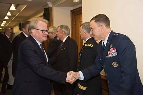 Ruotsin puolustusministeri Peter Hultqvist on Suomen ystävä, jolla on myös sukujuuret Kuusamossa. Hultqvist ja takana oleva Antti Kaikkonen tapaamassa Pentagonin henkilökuntaa.