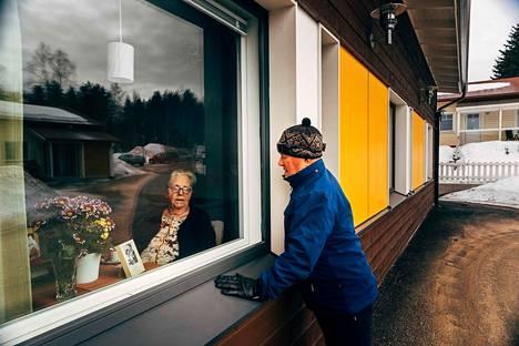 Ylitorniossa Toivo Makslahti, 90, vannoi päivittäin rakkauttaan hoivakodissa asuvalle vaimolleen Kaarina Makslahdelle. Pari vietti myös 65-vuotishääpäiväänsä ikkunan läpi, sillä koronavirusepidemia lopetti vierailut vanhusten hoivakoteihin.