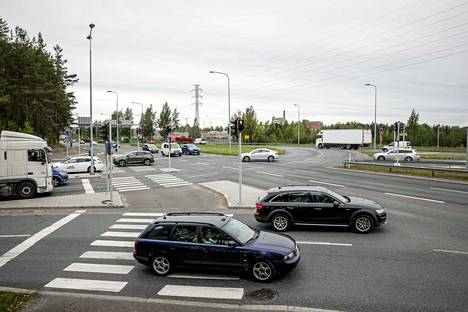 Vaitinaron tukkoisessa risteyksessä Paasikiventiellä yhtyvät liikenne Nokian moottoritieltä, Lielahdesta, Ylöjärveltä ja Tampereen keskustasta. Risteykseen on suunniteltu rakennettavaksi kymmeniä miljoonia maksava eritasoliittymä, mutta nyt sen ruuhkiin on ensiavuksi keksitty halvempi ja nopeampi helpotus.