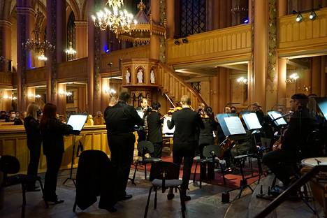 Kapellimestari Tibor Bogányi johti Pori Sinfoniettan Calm Sea -konsertin Pori Organ -festivaalilla.