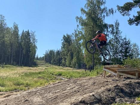 Miikka Mäkelä näyttää, miten alamäkipyöräilystä voi nauttia vauhdilla, kun osaamista on. Suojista ja varusteista kannattaa muistaa huolehtia.