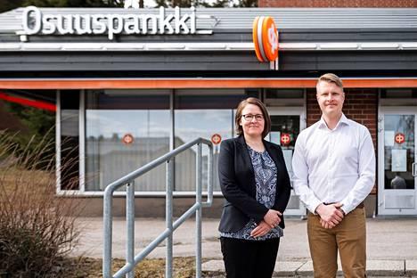 OP Pohjois-Hämeen asiakkuuspäällikkö Terhi Kostilainen ja OP Koti Keuruun kiinteistönvälittäjä Petri Vienola palvelevat samoissa tiloissa Keuruuntien varressa.