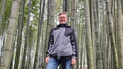 Kim Yrjälä bambumetsässä Yibin kaupungin lähistöllä Sichuanin maakunnassa Kiinassa. Monikäyttöinen, puuvartinen heinäkasvi bambu on joidenkin lähteiden mukaan maailman nopeimmin kasvava kasvilaji.