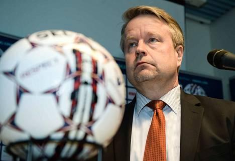 Matti Apunen operoi Veikkausliigan puheenjohtajana.