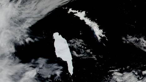 Arkistokuvassa Nasan satelliitin 14. joulukuuta 2020 ottama A68A-jäävuoresta lähestymässä Etelä-Georgian saarta. Jäävuoren pituus oli lähes 150 kilometriä.