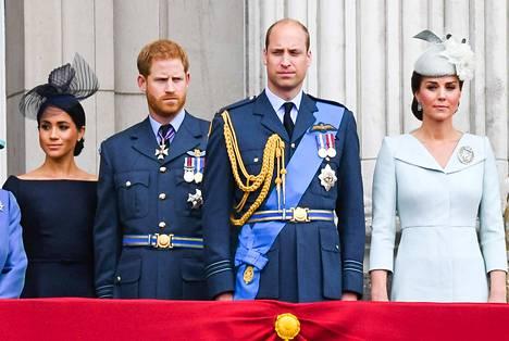 Cambridgen herttuapari William ja Catherine (kuvassa oik.) ovat hyvin suosittuja. Moni toivoo, että kruunu pomppaisi Charlesin pään yli tämän pojalle Williamille, jolla on jotenkin kuninkaallisen oloinen puolisokin, kirjoittaa Erkki Teikari.