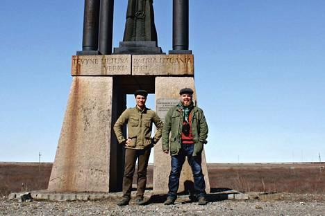 Ville-Juhani Sutinen ja Ville Ropponen liettualaisten Vorkutaan pystyttämän muistomerkin kanssa. 160 kilometriä napapiirin pohjoispuolella sijaitsevaa vankileirikaupunkia kutsutaan Venäjän arktiseksi Auschwitziksi.